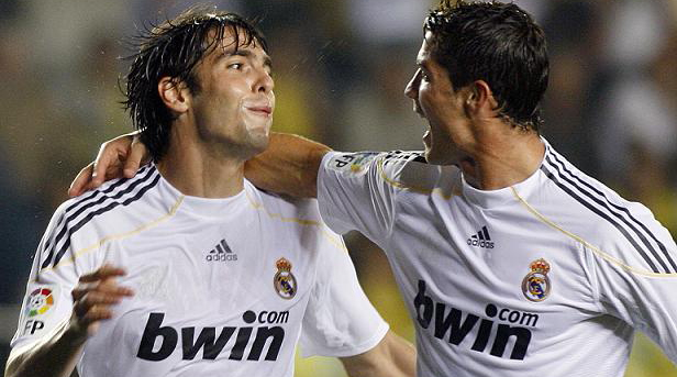 Real Madrid's Kaka (L) celebrates with team mate Cristiano Ronaldo after he scored against Villarreal during their Spanish first division soccer match at the Madrigal Stadium in Villarreal September 23, 2009. REUTERS/Heino Kalis (SPAIN SPORT SOCCER)